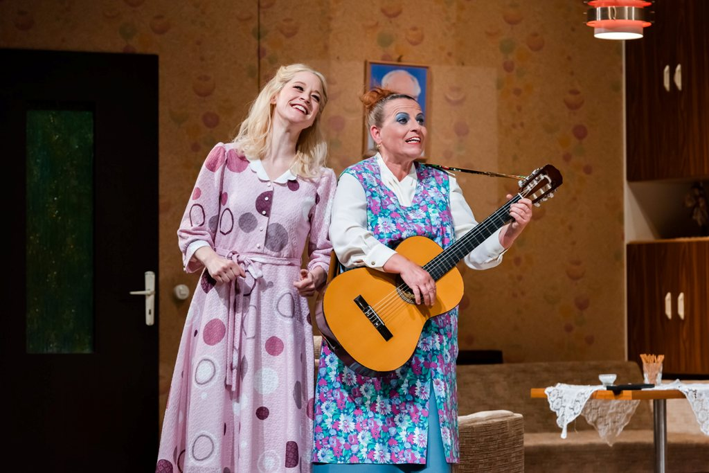 "Nora Lentner as Anna (l.) and Sabine Töpfer as the cook in ""Das Feuerwerk"" at Musikalische Komödie Leipzig. (Photo: Kirsten Nijhof)"