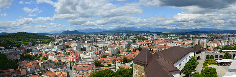 Panorama view of Ljubljana with the Alps in the background. (Photo: Miran Rebrec and Modri Dirkac /Wikipedia)