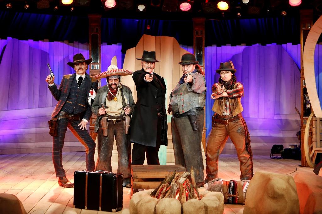 """The five stars of """"Die 5 glorreichen Sieben"""": (left to right) Meret Becker, Katharina Thalbach, Andreja Schneider, Anna Mateur, and Anna Fischer (Photo: Barbara Braun / Bar jeder Vernunft)"""
