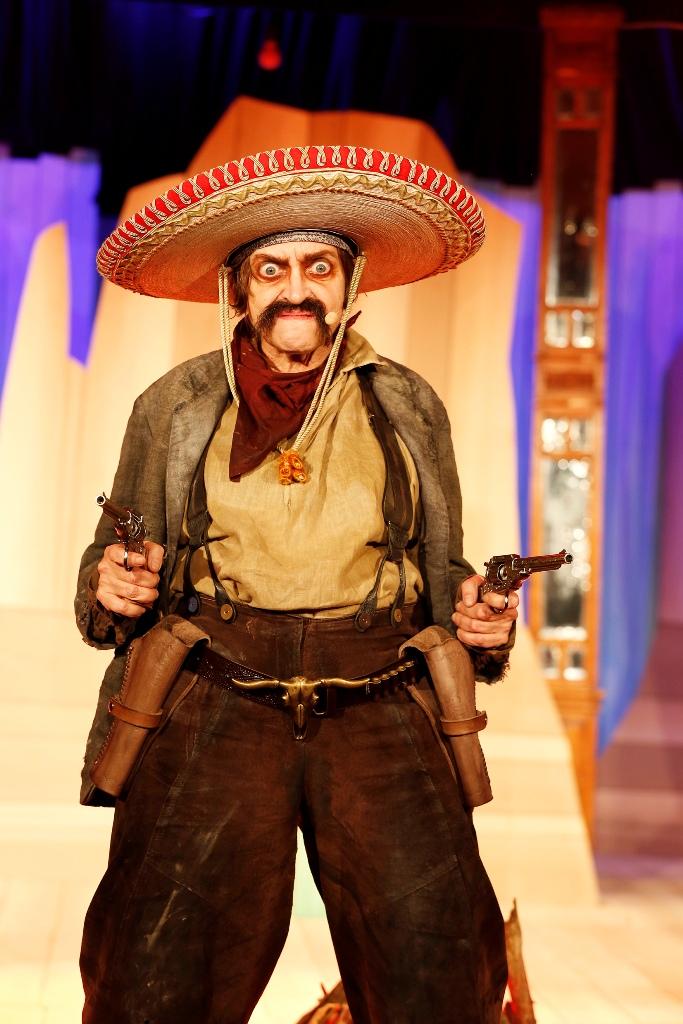 """Katharina Thalbach as José Piñata in """"Die 5 glorreichen Sieben"""" (Photo: Barbara Braun / Bar jeder Vernunft)"""