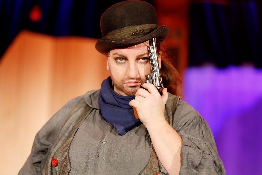 """Anna Mateur as Bud Butterfahrt in """"Die 5 glorreichen Sieben"""" (Photo: Barbara Braun / Bar jeder Vernunft)"""