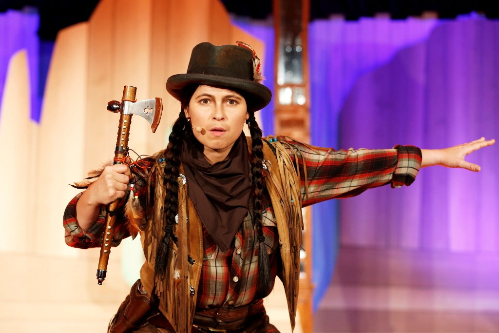 Anna Fischer as the Native American Chico (Photo: Barbara Braun / Bar jeder Vernunft)