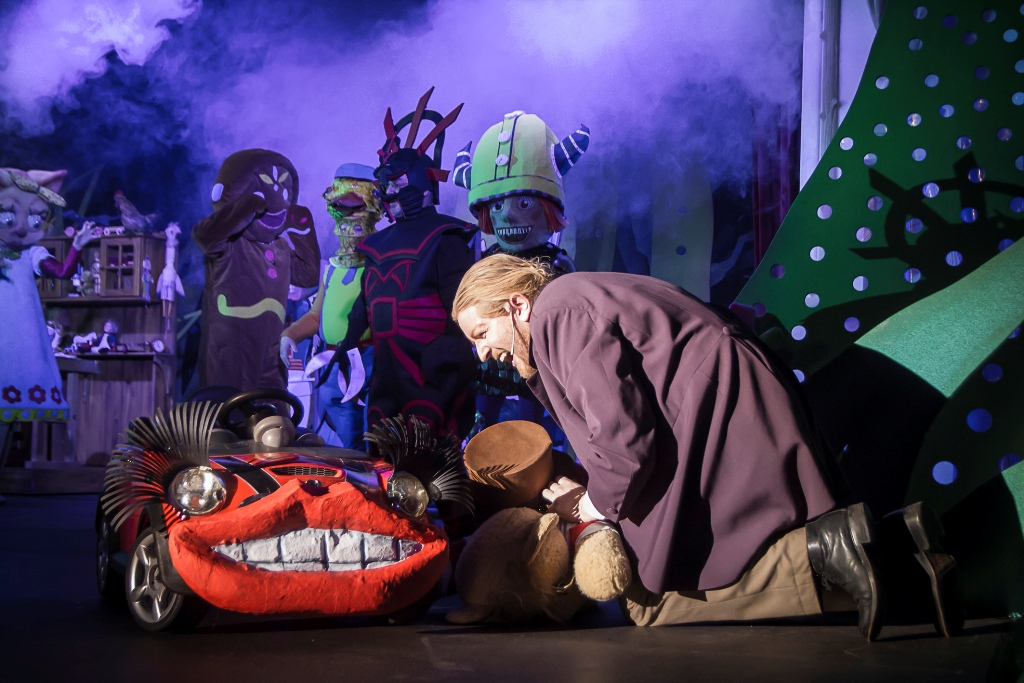 "Benjamin Mahns-Mardy as Barnaby and the chorus in ""Babes in Toyland"" production in Zwickau-Plauen. (Photo: André Leischner)"