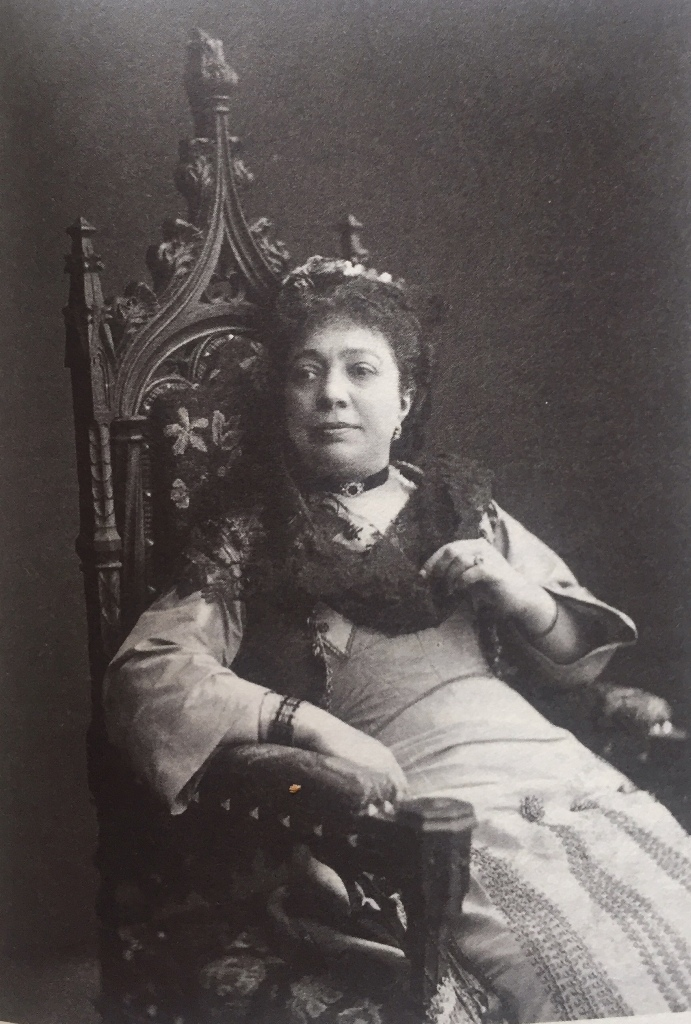 Mme Girard mère in the role of Léona. (Photo: Bibliothèque Nationale de France, Paris)