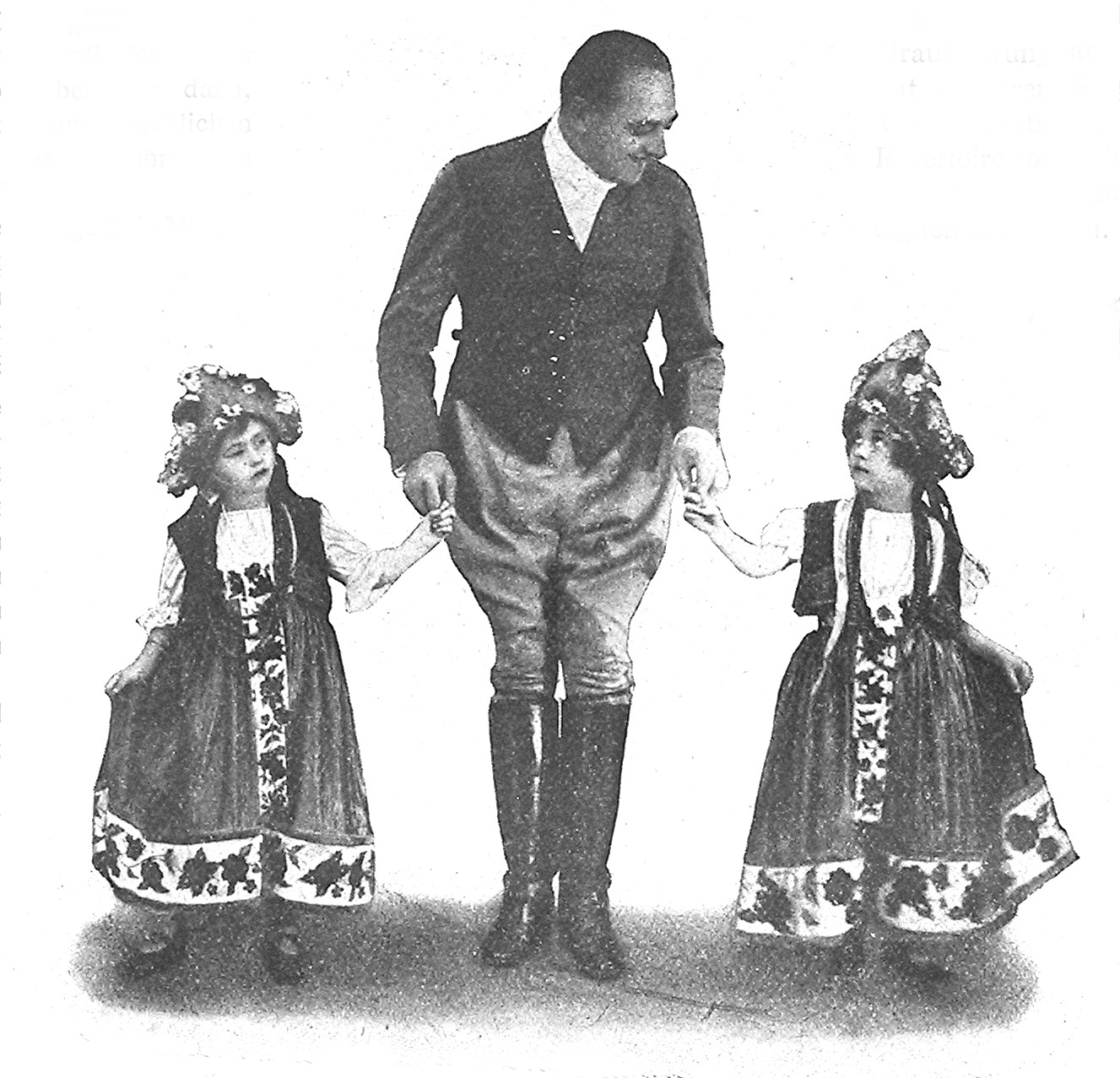 "Hubert Marischa as the impoverished Tassilo in ""Gräfin Mariza"" with two children from the opening scene of the Kálmán operetta. Marischka sang the world-premiere in Vienna, 1924. (Photo: Archive Operetta Research Center)"