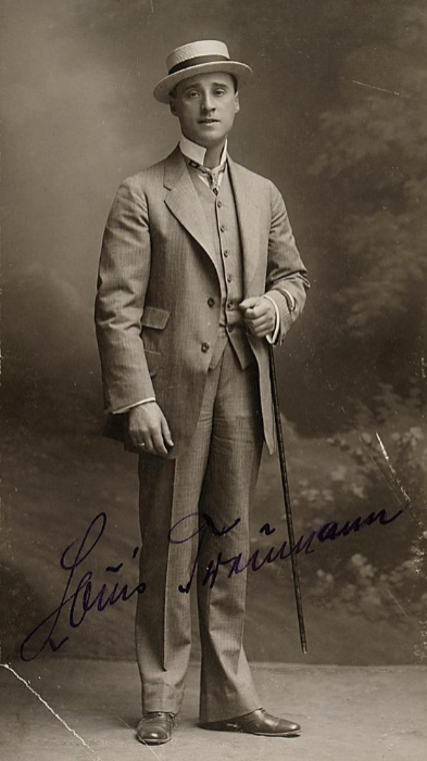 The world's first Danilo, Louis Treumann, in a signed 1909 portrait. (Photo: Anonymous / Theatermuseum Wien)