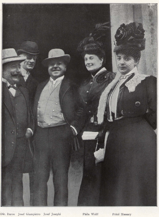 Josef Josephi (middle) with his Metropoltheater colleagues Fritzi Massary (right) and Josef Giampietro (back) in 1906. (Photo: Julius Freund)