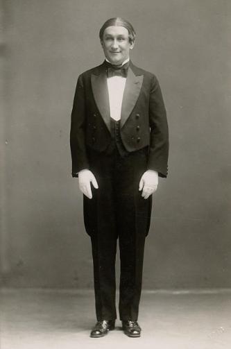 """Famed Viennese comic Ernst Tautenhayn in 1916 in """"Die Winzerbraut."""" (Photo: Ludwig Gutmann / Theatermuseum Wien)"""