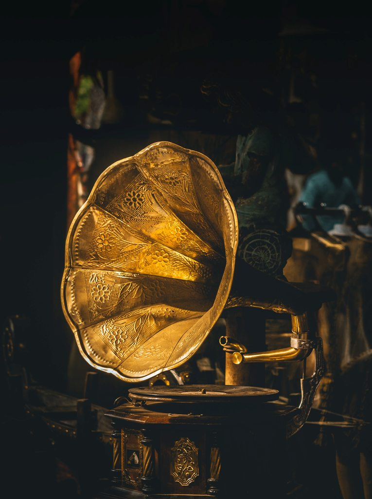 An old grammophone record player in a second-hand shop. (Photo: Sudhith Xavier / Unsplash)