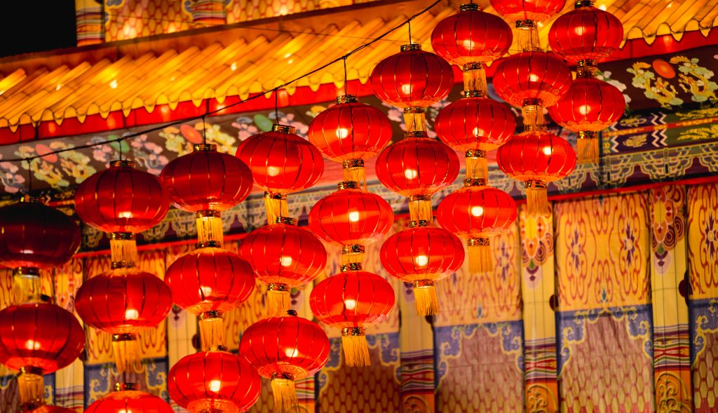 "Chinese lanterns are just one of many stereotypes used in ""Land des Lächelns"" to create ""atmosphere."" (Photo: Carl Ibale / Unsplash)"