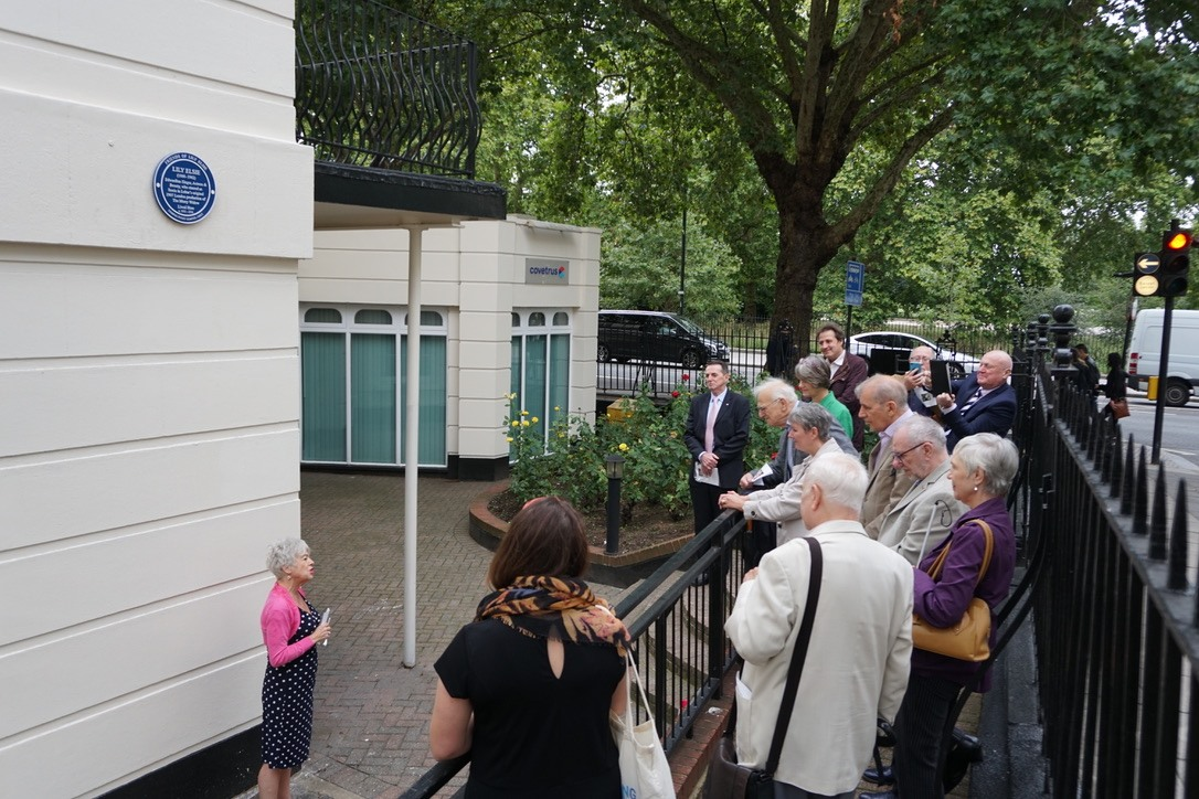 Rosemary Ashe unveiling the Lily Elsie plaque in London. (Photo: David Slattery-Christy Archive)