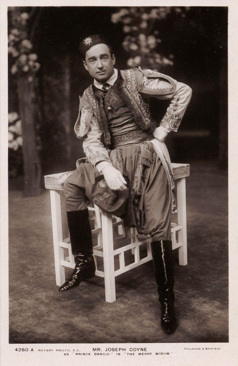 Joseph Coyne as Danilo in London, 1907. (Photo: Foulsham & Banfield Studio)