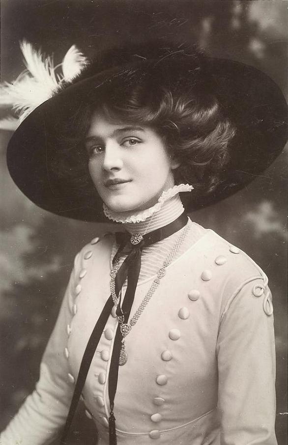 Lily Elsie as seen on a postcard. (Postmarked Birmingham September 1909)