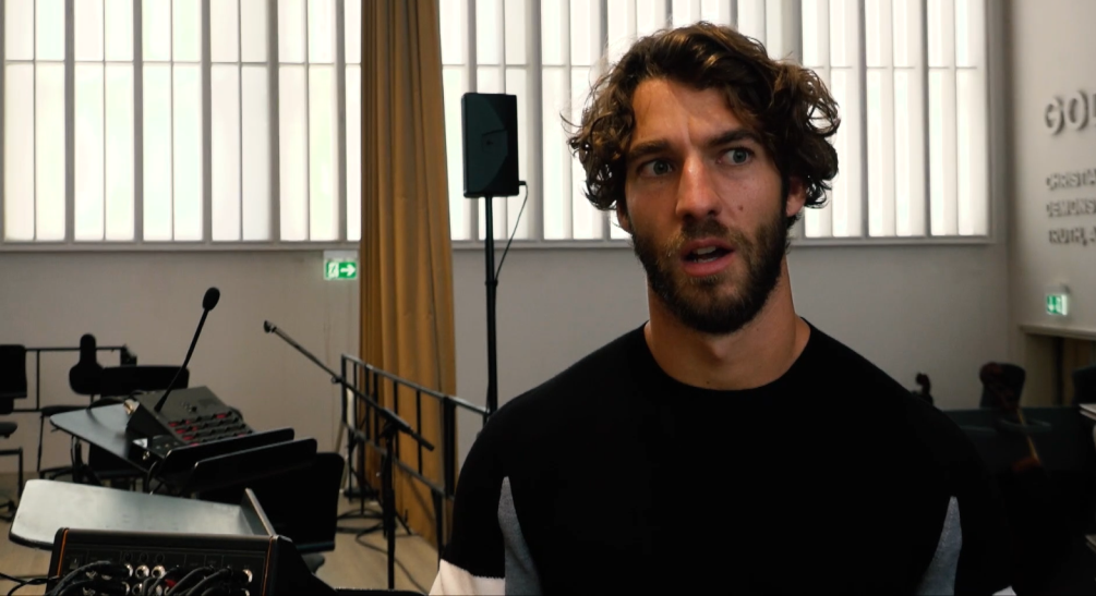Conductor Lorenzo Viotti has a few critical things to say about the classical music world in his pre-performance talk. (Photo: Screenshot / www.opernhaus.ch)