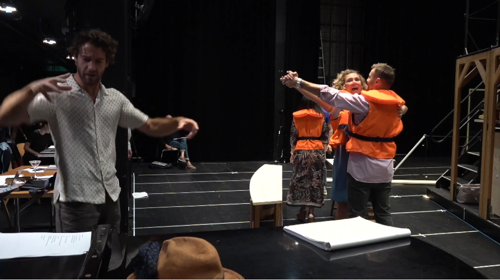 "Conductor Lorenzo Viotti during a ""Csardasfürstin"" rehearsal with Annette Dasch and Pavol Breslik, as seen in the stream from Zurich opera. (Photo: Screenshot / www.opernhaus.ch)"