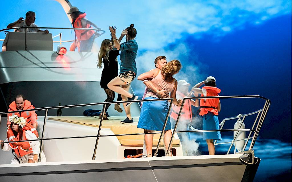 "The Zurich ensemble on board of the ""CF"" (""Csardasfürstin"") in Jan Philipp Gloger's new production. (Photo: Toni Suter / www.opernhaus.ch)"