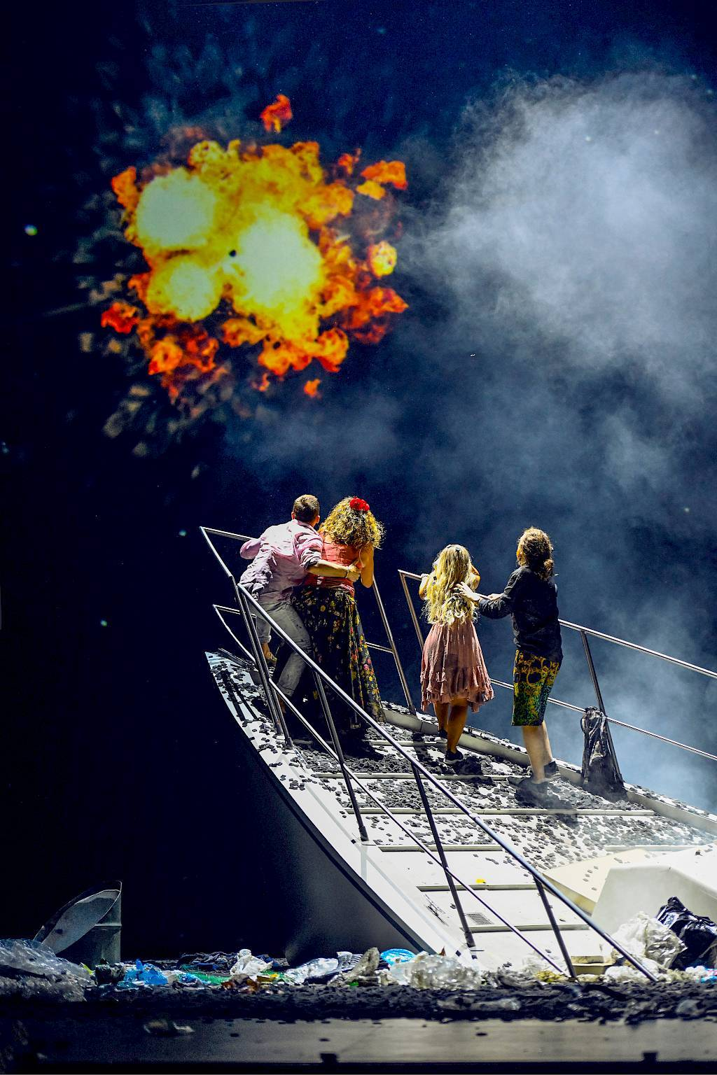 "The world falls apart at the end of ""Csardasfürstin"" in Zurich.  (Photo: Toni Suter / www.opernhaus.ch)"