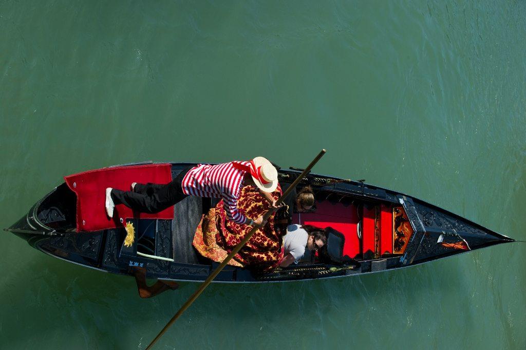 A gondoliere in Venice. (Photo: Marco Secchi / Unsplash)