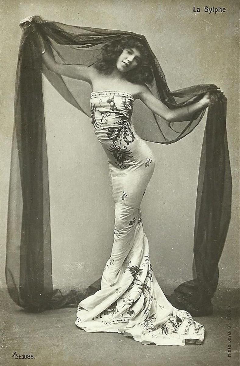 Dancer La Sylphe in the early 20th century. (Photo: Dover St. Studio)