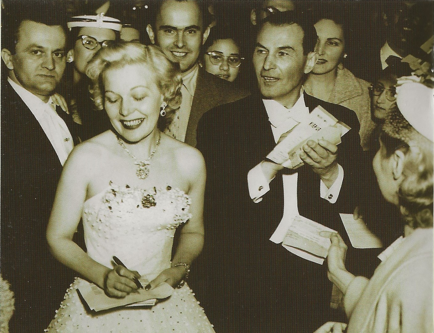 Marta Eggerth and Jan Kiepura giving autographs to fans in Detroit after a concert in 1954. (Photo: exil.arte)