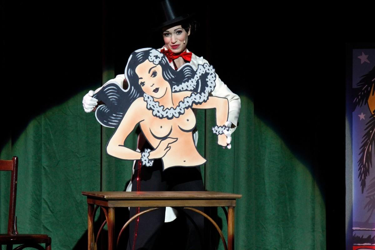 """Penny Sofroniadou in """"Die Blume von Hawaii"""" at Theater Hagen. (Photo: Klaus Lefebvre)"""