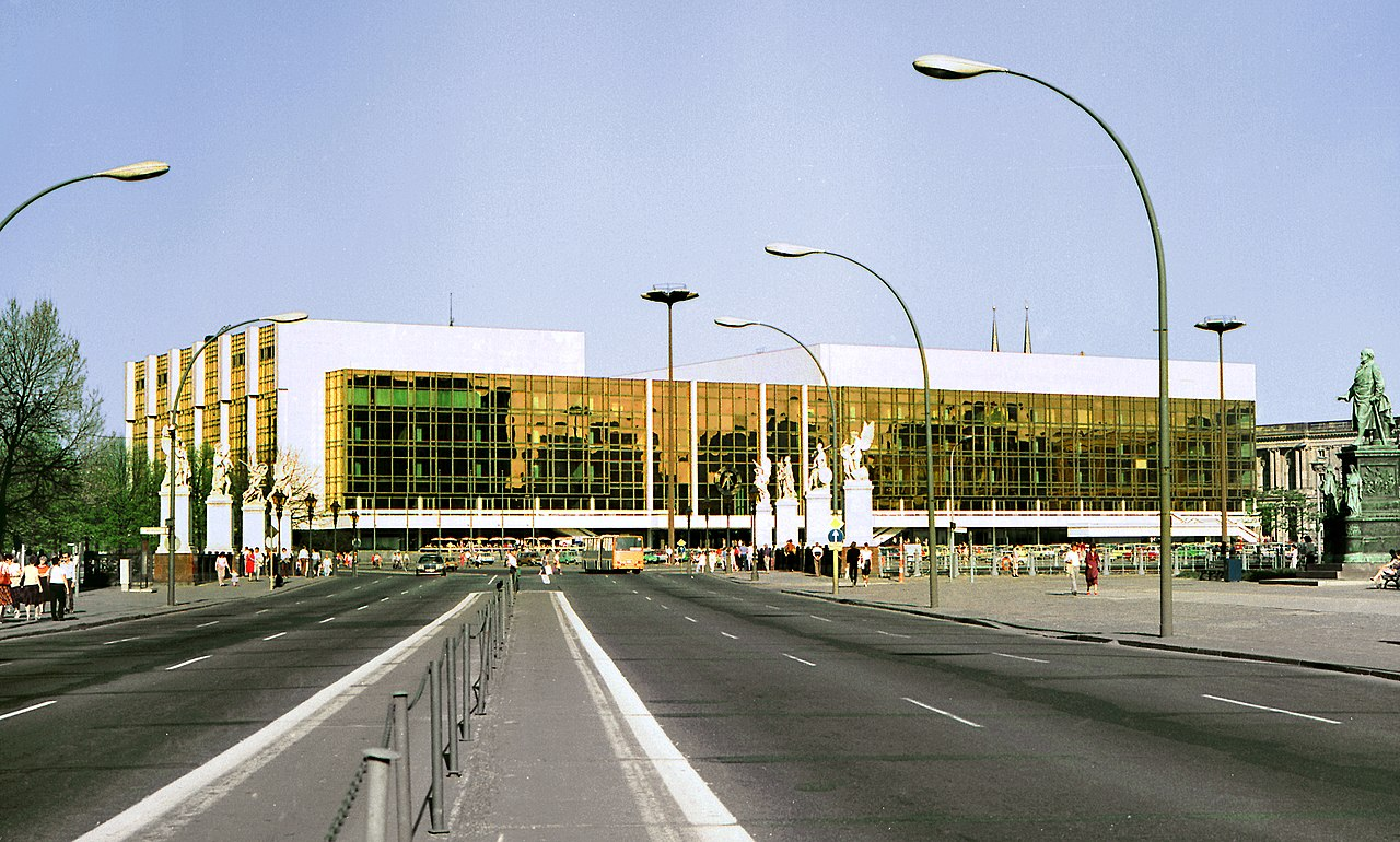 The (in)famous Palast der Republik in 1986. (Photo: Jörg Blobelt / Wikipedia)