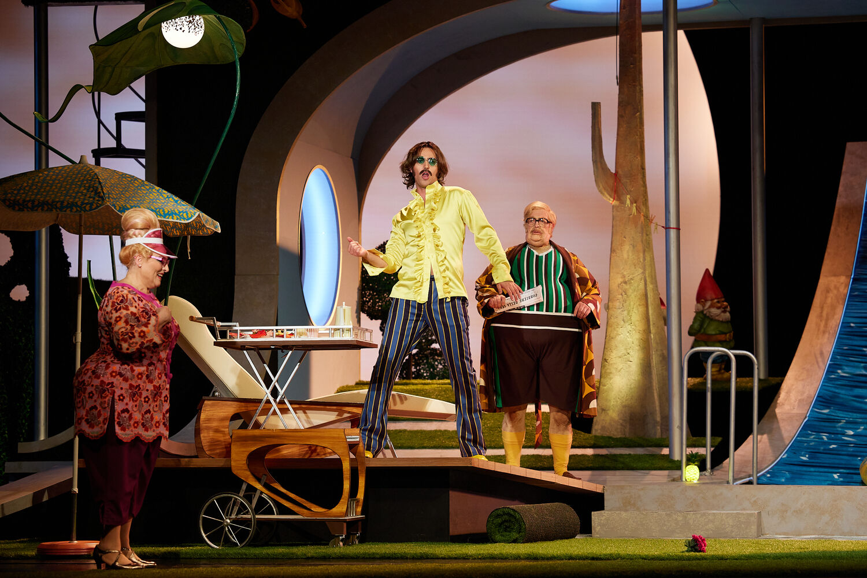 "Maximilian Mayer as the tenor hero in ""Vetter aus Dingsda"" at Gärtnerplatztheater. (Photo: Christian POGO Zach)"