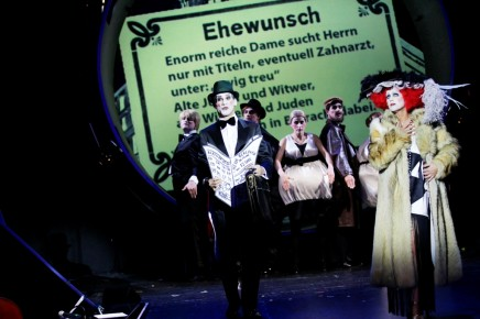 """Gorki Theater Streams """"Alles Schwindel"""" With English Subtitles For Christmas"""