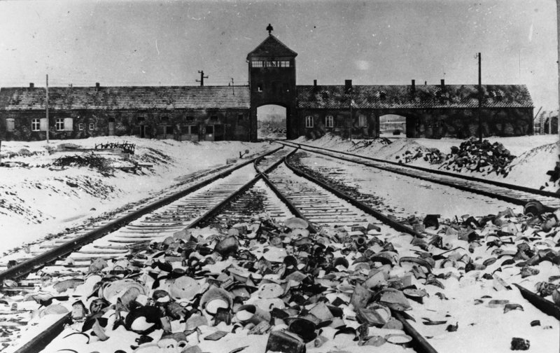 The entrance to the concentration camp Auschwitz, which was liberated on 27 January, 1945, but the Russian army. (Photo: Stanisław Mucha /  German Federal Archive, Deutsches Bundesarchiv)