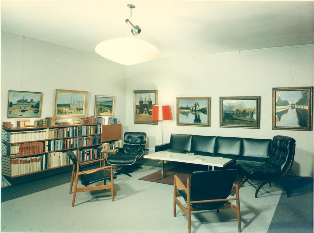 Erik Charell's well-ordered library in his Munich living room, early 1970s. (Photo: Operetta Research Center)