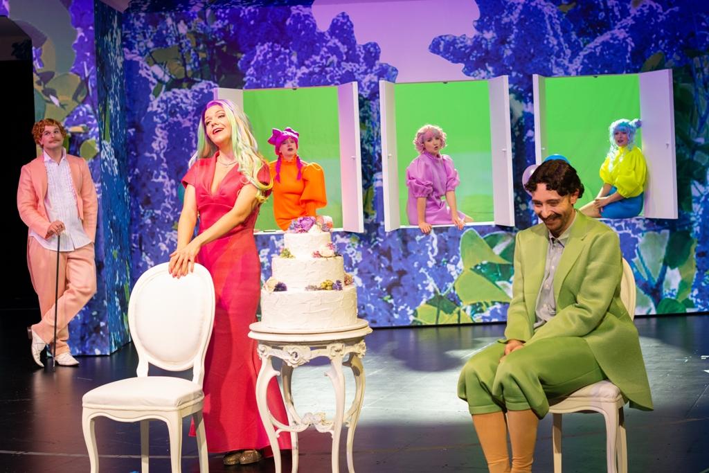 Michael Daub (Vogl), Etelka Sellei (Grisi) und Jana Marcovic (Hederl) in Linz, 2020. (Foto: Petra Moser / Landestheater Linz) Hedwig Ritter (Hannerl), Peter Fabig (Tschöll), Tina Josephine Jaeger (Haiderl)