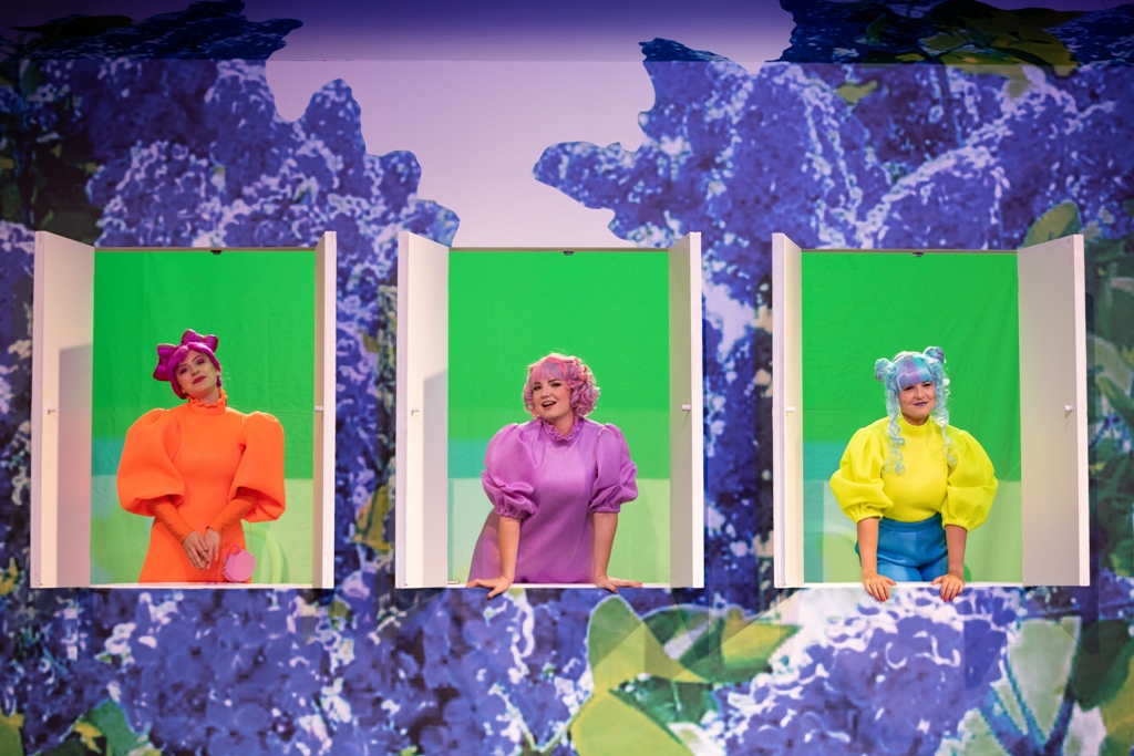 """Jana Marcovic (Hederl), Hedwig Ritter (Hannerl) und Tina Josephine Jaeger (Haiderl) im """"Dreimäderlhaus"""" in Linz, 2020. (Foto: Petra Moser / Landestheater Linz)"""