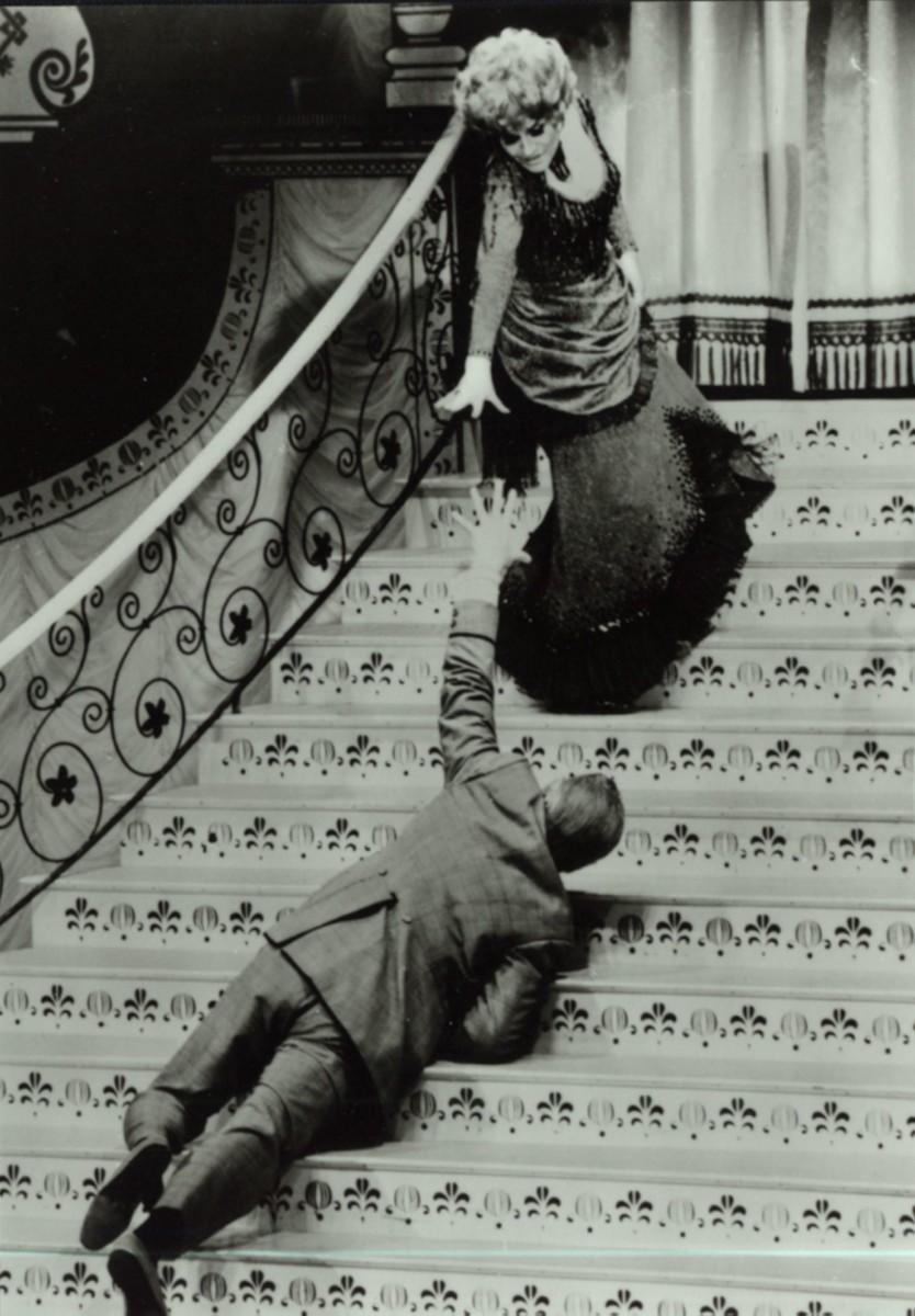 """Gisela May als in """"Hello Dolly"""" am Metropoltheater, 1970. (Foto aus Jost Lehnes """"Admiralspalast: Die Geschichte eines Berliner 'Gebrauchs' Theaters"""", be.bra Verlag)"""