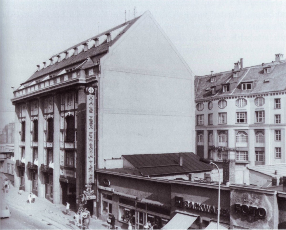 """Das Metropoltheater im Admiralspalast, 1968. (Foto aus Jost Lehnes """"Admiralspalast: Die Geschichte eines Berliner 'Gebrauchs' Theaters"""", be.bra Verlag)"""