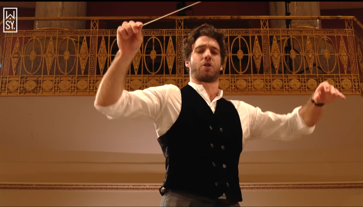 Lorenzo Viotti conducing operetta - is he afraid of carnal lust? (Photo: YouTube/Screenshot)