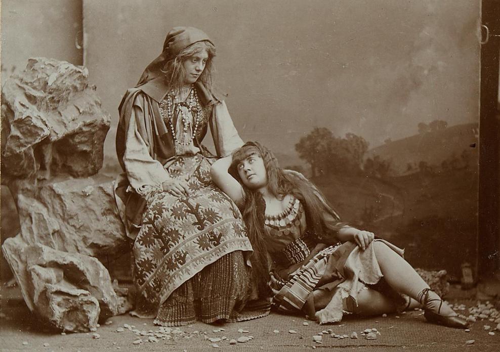 "Ottilie Collin as Saffi (r.) and Antonie Hartmann as Czipra in ""Der Zigeunerbaron"" at Theater an der Wien, 1885. (Photo: Atelier Rudolf Krziwanek / Theatermuseum Wien)"