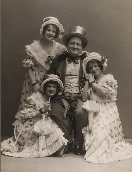 """Franz Glawatsch mit seinen drei """"Töchtern"""" im """"Dreimäderlhaus"""" in Wien, 1916. (Foto: Ludwig Gutmann / Theatermuseum Wien)"""