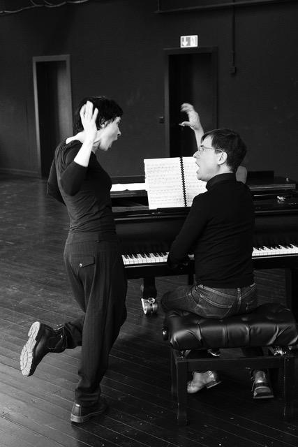 """Adam Benzwi rehearsing at Berliner Ensemble. (Photo by Jörg Brüggemann from the book """"Die Dreigroschenoper – Making Of,"""" Spector Books 2021)"""