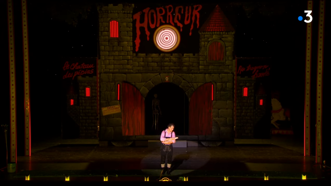 """The dungeon scene from the new """"L'œil crevé"""" production from Bordeaux. (Photo: Screenshot)"""