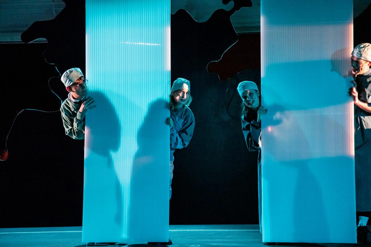 """Die vier Teenager in """"Eine Stimme für Deutschland"""" auf moralisch zweifelhaften Abwegen. (Foto: MIZAFO / Neuköllner Oper)"""
