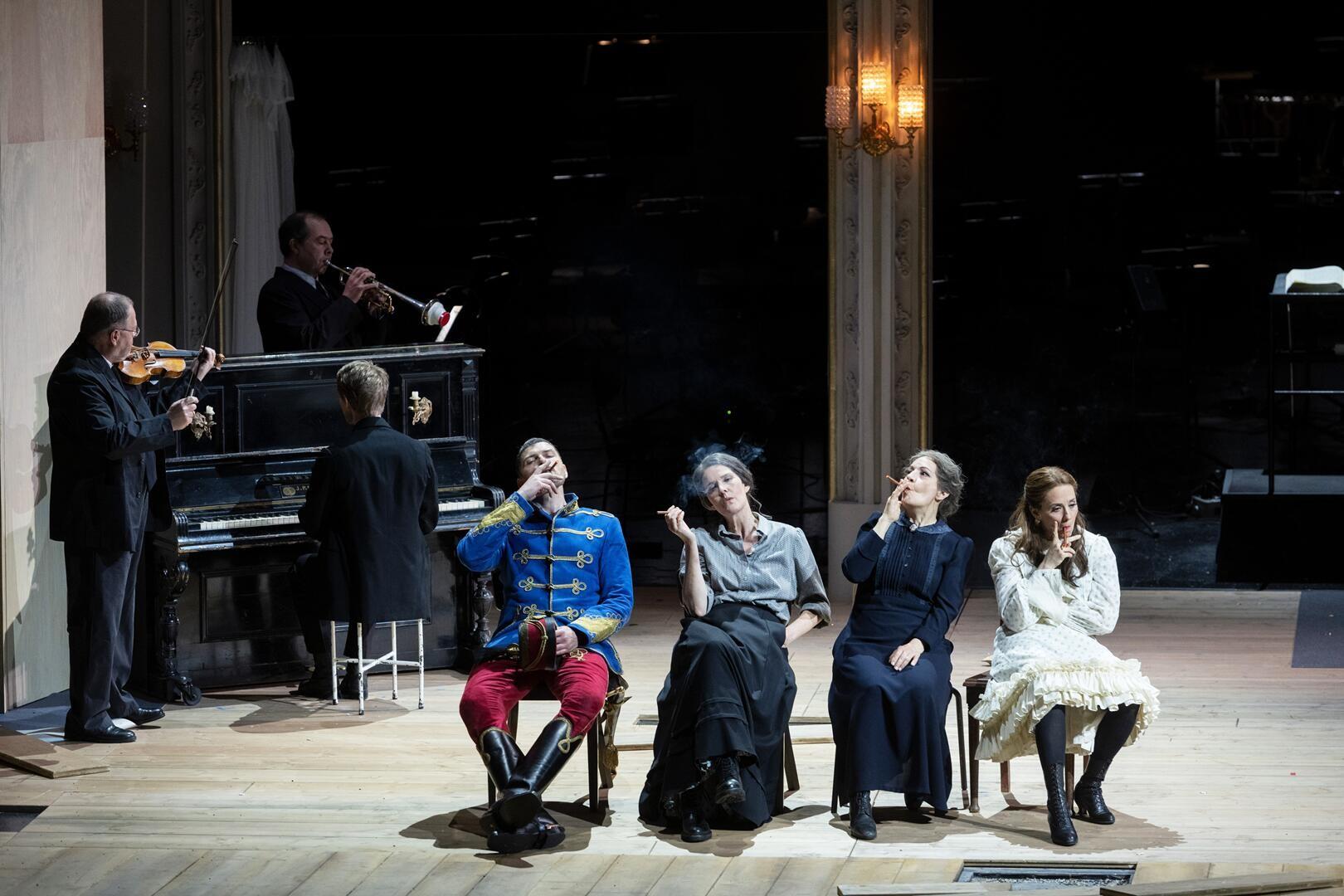 """An intimate moment in act 3 with the women singing """"Ja ein Mädchen hat es gar nicht gut."""" (Photo: Monika Rittershaus)"""