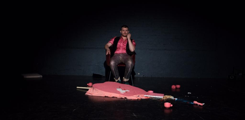 """Tenor Ludwig Obst as Knorr in """"Das Haus dazwischen."""" (Photo: Cornelius Reitmayr)"""