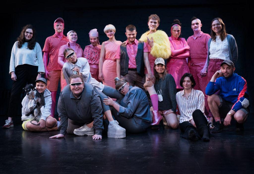 """The entire """"Das Haus dazwischen"""" team with the musicians also in costume. (Photo: Cornelius Reitmayr)"""