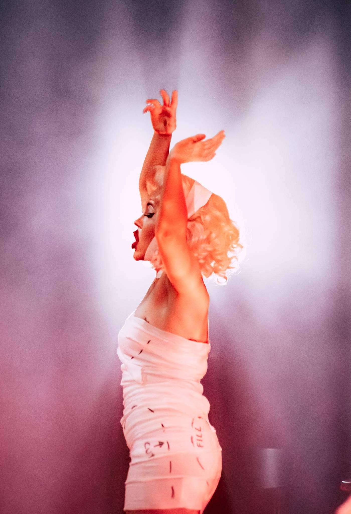 """In act 2 of """"Die Fledermaus"""" Ida is presented as a cross between Marilyn Monroe and Madonna doing a Blonde Ambition tour, but without any further layers of meaning. (Photo: Reinout Bos)"""