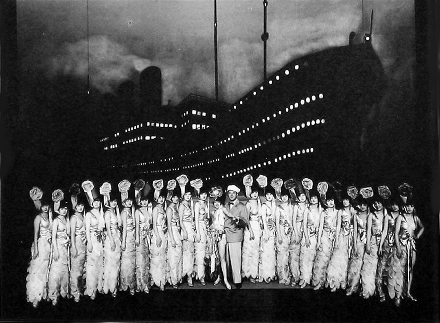 """The finale of the Erik Charell production of """"The Mikado"""" at Großes Schauspielhaus in Berlin. (Photo: Operetta Research Center Archive)"""