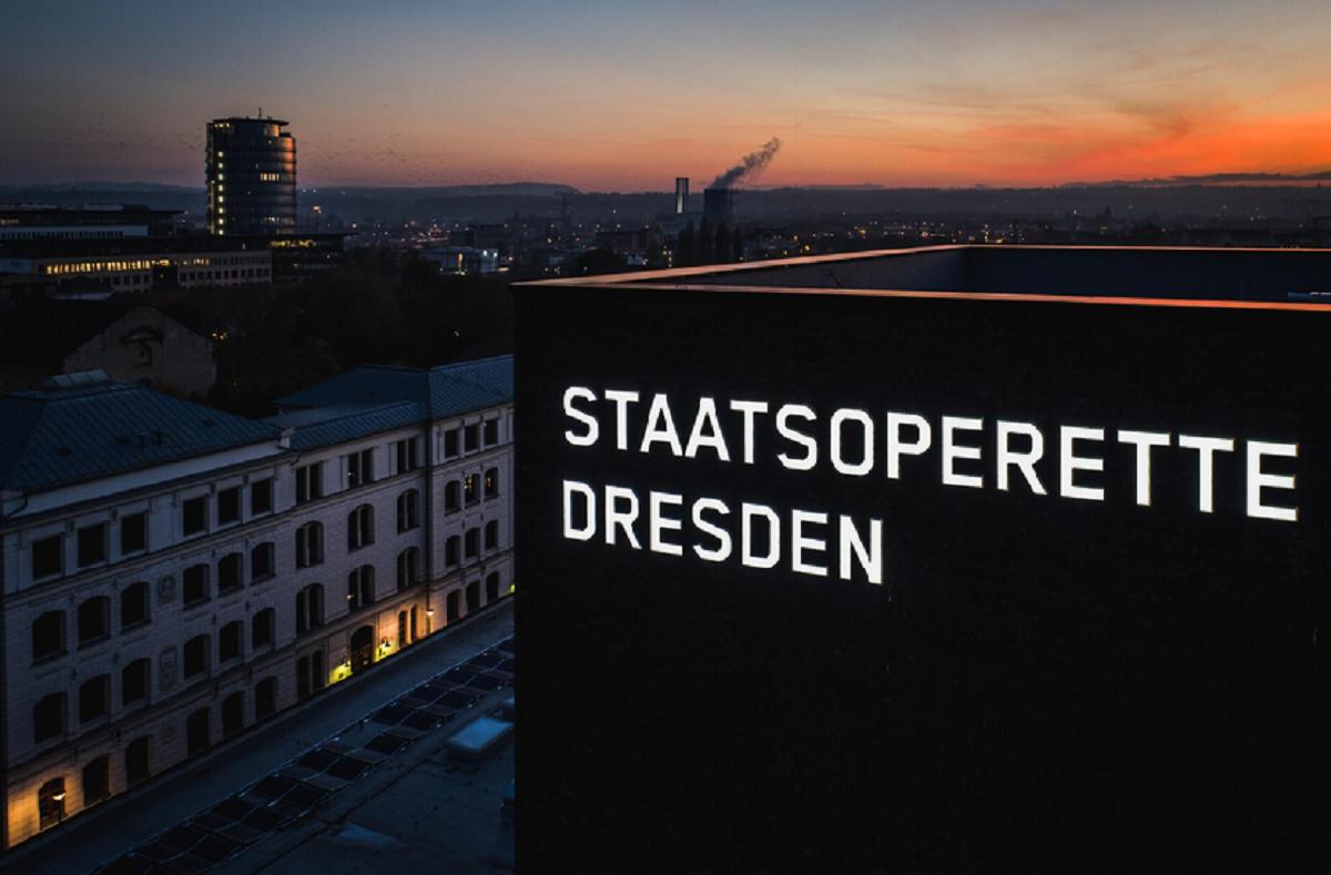 Staatsoperette Dresden at night. (Photo: Werbeplan)