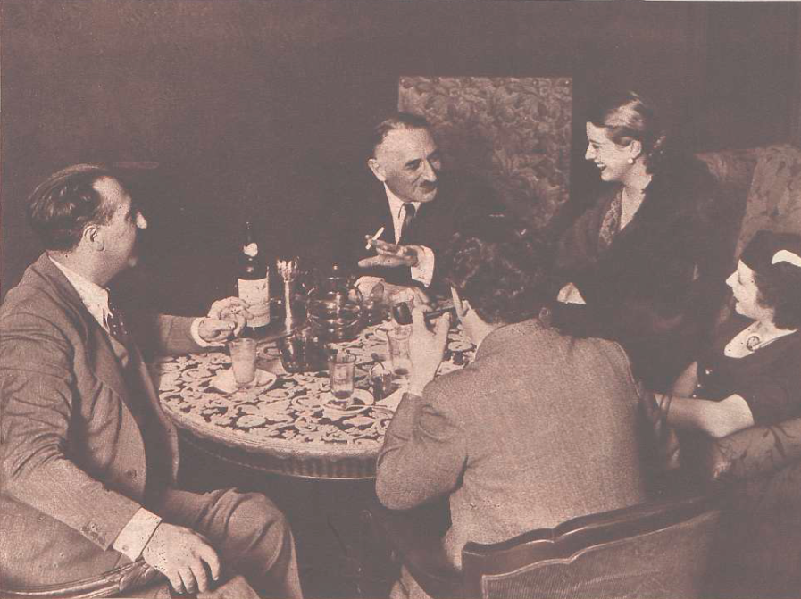 Gilbert with his daughter and secretary in conversation with the Crónica journalist and one of the Teatro de la Zarzuela's impresarios. (Photo: Videa [photographer]. Crónica. Biblioteca Nacional de España)