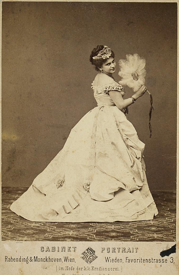 "Josefine Gallmeyer was a famous Gabrielle in ""Pariser Leben"" in Vienna, in the 1870s. (Photo: Rabending & Monckhoven / Theatermuseum Wien)"