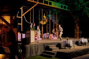 """Blick auf die Bühne mit den Bühnenbildnern zu """"Zur gold'nen Liebe"""" 2021. (Foto: Bühne Burgäschi)"""