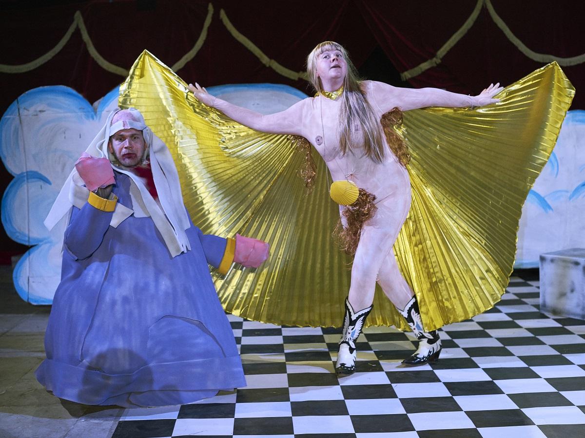 Gina May Walter as Venus (r.) and Ferdinand Keller as Pygmalion. (Photo: Fein / tutti d*amore)